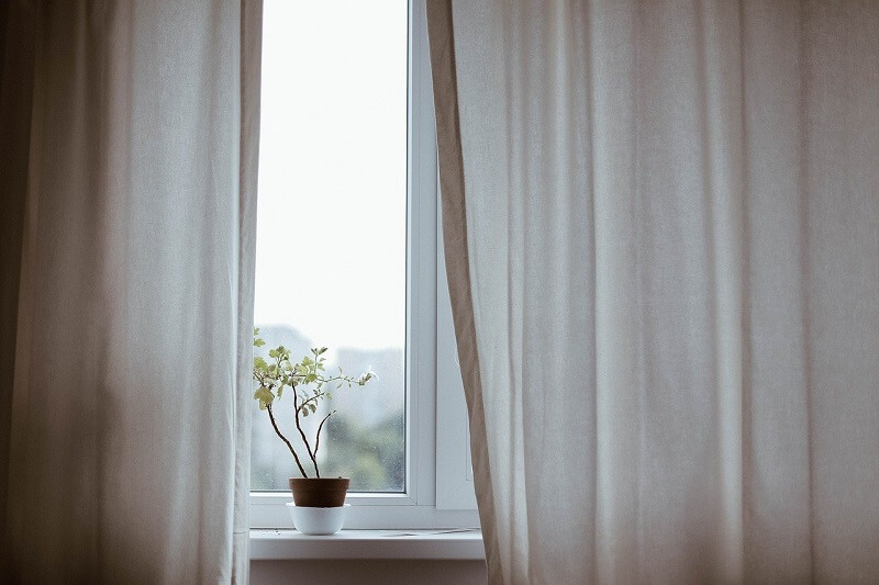 Limpieza y mantenimiento de cortinas en casa